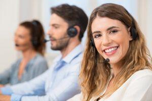 teleoperatori di call center facendo teleselling
